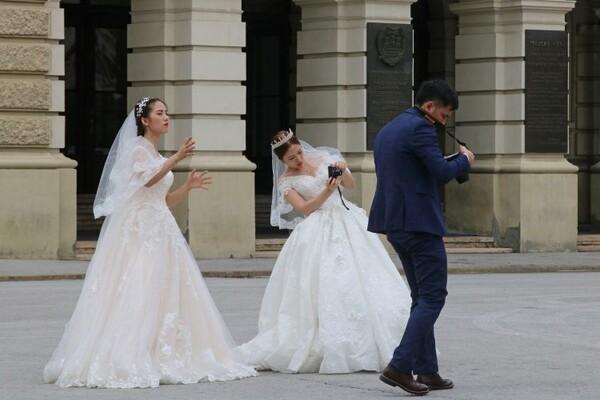 FOTO: Azijske mlade u venčanicama i patikama na Trgu slobode