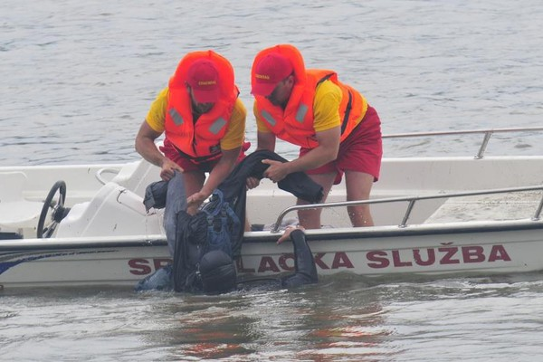Alkoholisani rumunski mornar upao u vodu, spasili ga spasioci sa Štranda