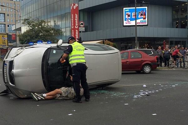 """UDES KOD MERKATORA: """"Škoda"""" s petoro mladića prevrnula se na raskrsnici (FOTO)"""