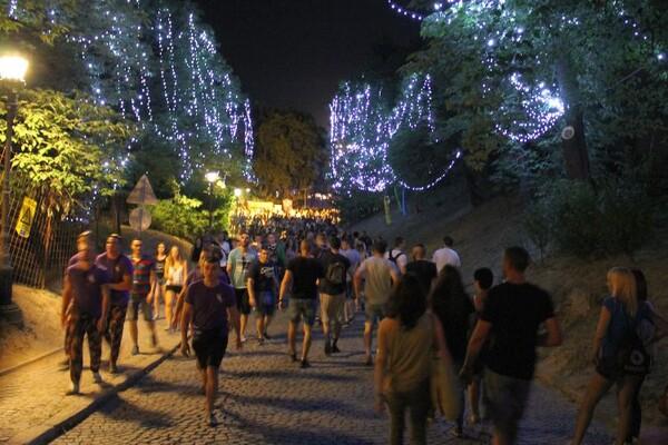 FOTO: Na Exitu Novosađanka Jelena nosila hrvatsku, a Splićanka Iris srpsku zastavu