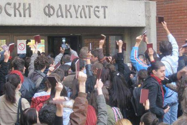 Ogorčeni zbog povećanja školarina: Studenti protestuju ispred Filozofskog fakulteta