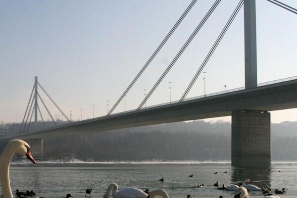 Otežan saobraćaj na Mostu slobode zbog zamene sijalica