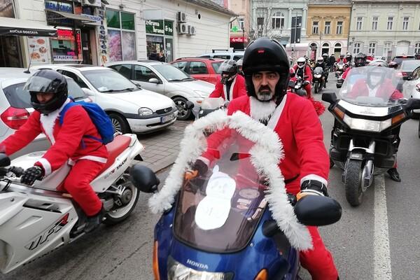 FOTO: Moto Deda Mrazovi i ove godine obradovali mališane