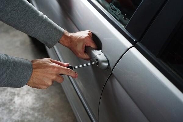 MUP: Subotičanin obijao automobile u Novom Sadu, ukrao dve torbe