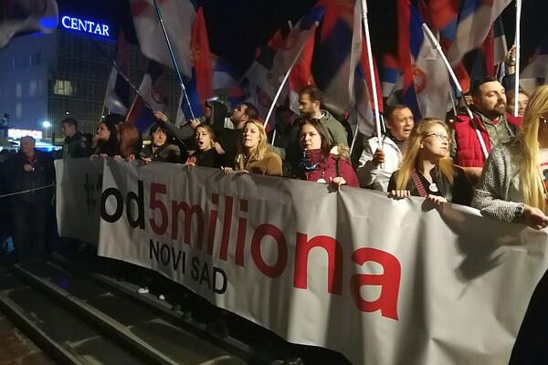 """FOTO I VIDEO: Žene na čelu osmog protesta """"1 od 5 miliona"""" u Novom Sadu"""