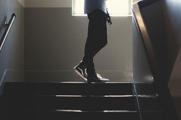 MUP:  Krio paketiće heroina ispod stepeništa zgrade u kojoj neprijavljeno boravi