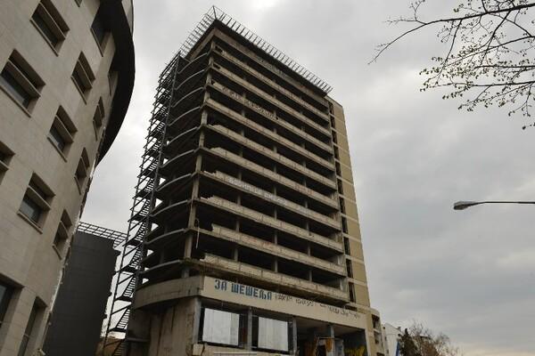 Mladić satima stajao na vrhu bivše zgrade Radničkog univerziteta