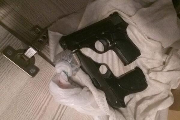 "FOTO: Policija u NS zaplenila tri pištolja i 34.000 kapsula ""tramadola"""