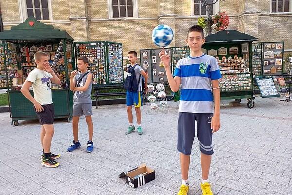 FOTO I VIDEO: Fristajl fudbal na pločniku Zmaj Jovine ulice