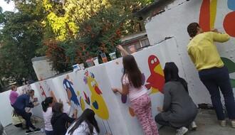 Komšijska inicijativa na Grbavici: Zajedničko oslikavanje dvorišnog zida (FOTO)