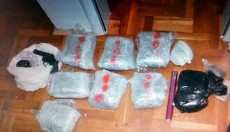 FOTO: U stanu u Novom Sadu otkriveno skoro 5 kila marihuane, amfetamin, kokain, oružje...