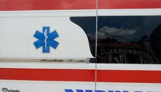 Maloletni motociklista povređen u udesu na Rotkvariji, vozač automobila pobegao