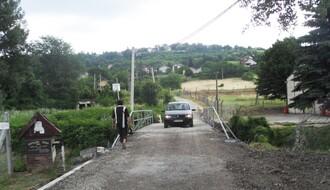 Građani uspeli: Paragovo dobilo privremeni most, ali Slavujeva i dalje raskopana