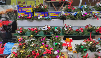 FOTO: Ponuda novogodišnjih aranžmana na novosadskim pijacama