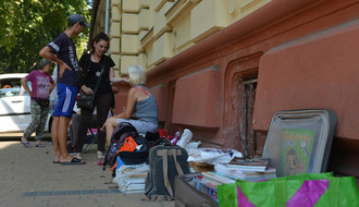 BUVLJAK UDŽBENIKA U JEVREJSKOJ: Isplati li se kupovati školske knjige na ulici?