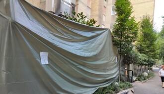 U požaru na Grbavici izgorela bašta kafića, oštećen i deo lokala (FOTO)
