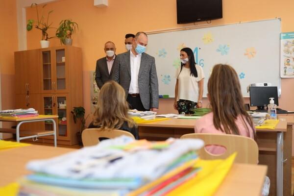 """OŠ """"NIKOLA TESLA"""": Đaci prvaci upoznali učitelje i nove drugare"""