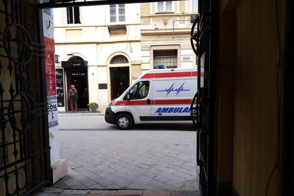 Upali u stan mladića u Novom Sadu, udarali ga čekićem za meso i pokrali ga