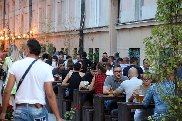 FOTO PRIČA: Kafići u centru grada koji su krcati i na plus 40