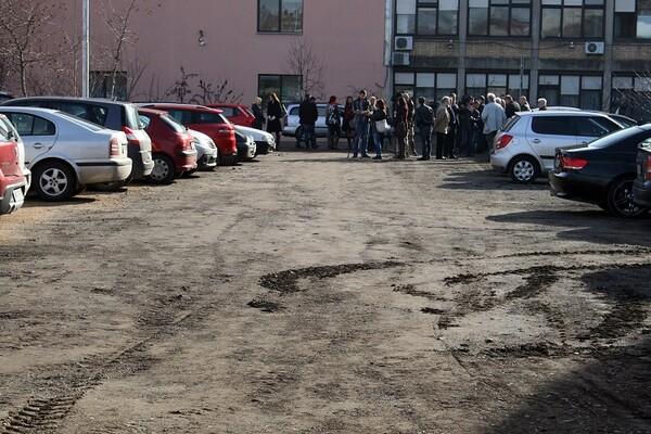 NEPROCENJIVO: Novi Sad otišao korak dalje, evo ko je otvorio zemljani parking!