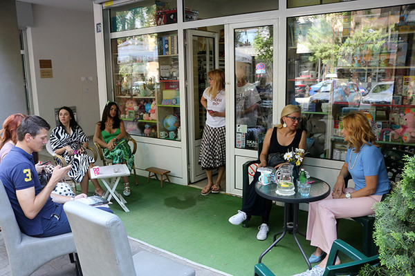 FOTO PRIČA: Olivera Balašević u spontanom druženju sa svojim čitaocima